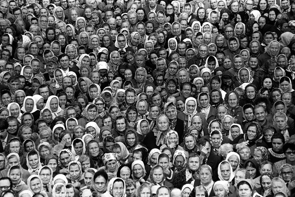 Фарид Губаев. Из серии «Первая служба в храме Петра и Павла». Казань, 1990