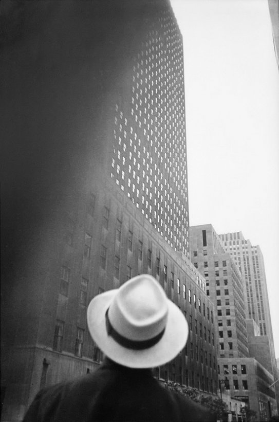 Луис Фарер. Looking Up At RCA Building, New York, 1949