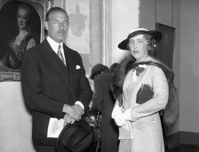 Леди Анастасия (Зия) де Торби и ее муж сэр Харольд Уэрнер на выставке русского искусства 4 июня 1935 г.