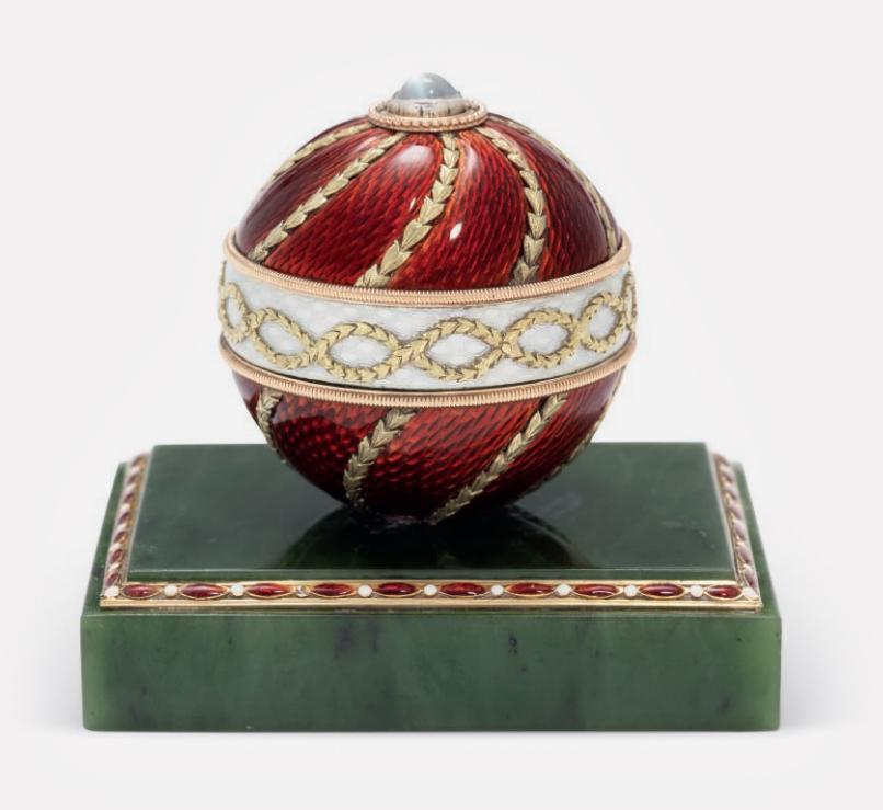 Звонок, выполненный из нефрита, украшенный эмалью гильоше с кнопкой из лунного камня. Fabergé, мастер Михаил Перхин. Санкт-Петербург, около 1900 года.