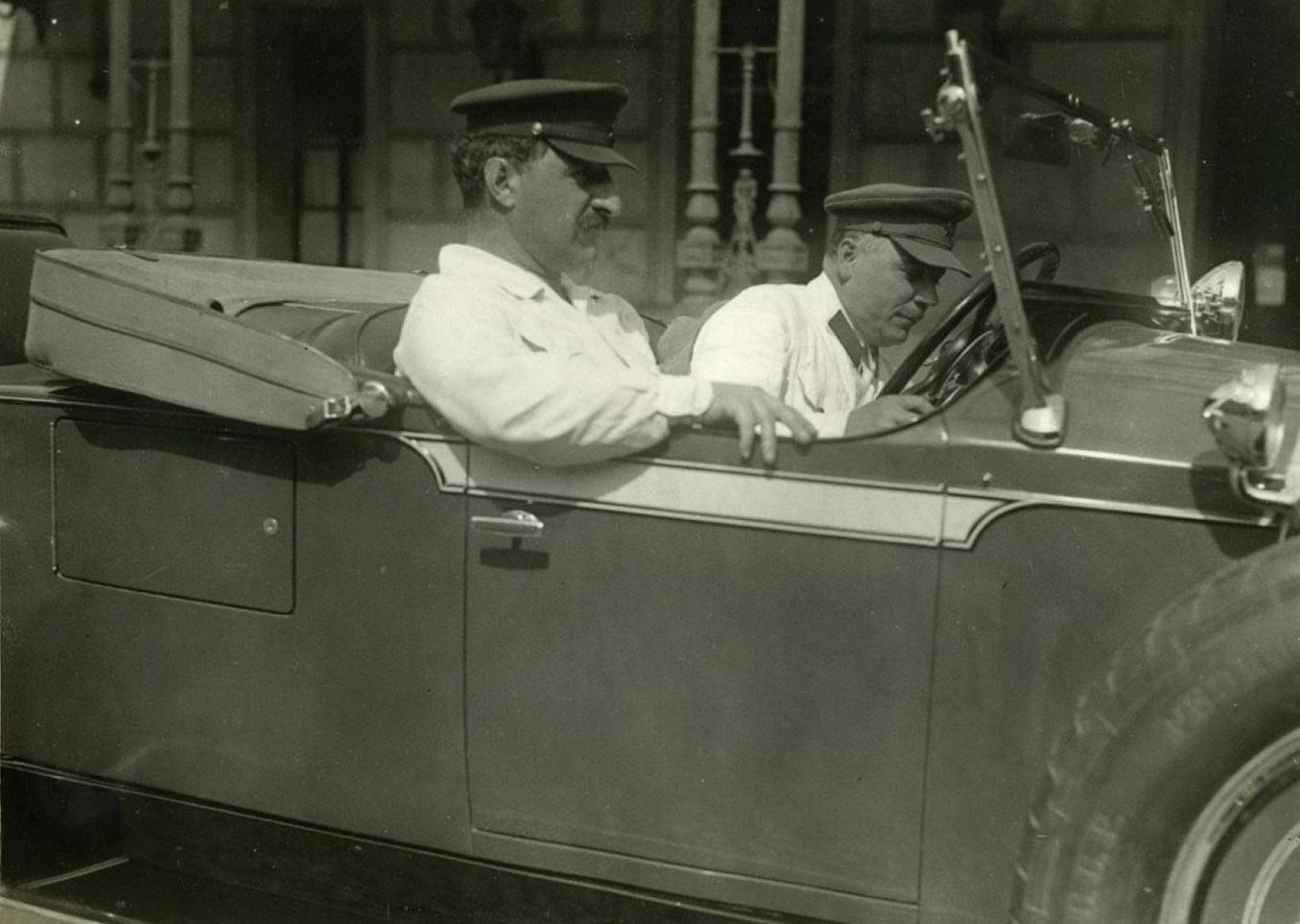 Орджоникидзе и Ворошилов во время автомобильной поездки в Крым, 1936