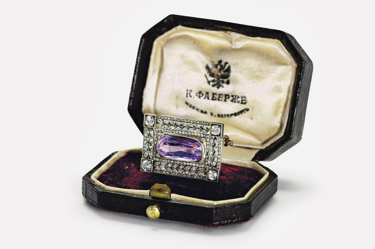 Брошь из золота и платины с аметистом и бриллиантом. Санкт-Петербург, ок. 1909. Мастер Август Хольмстрем