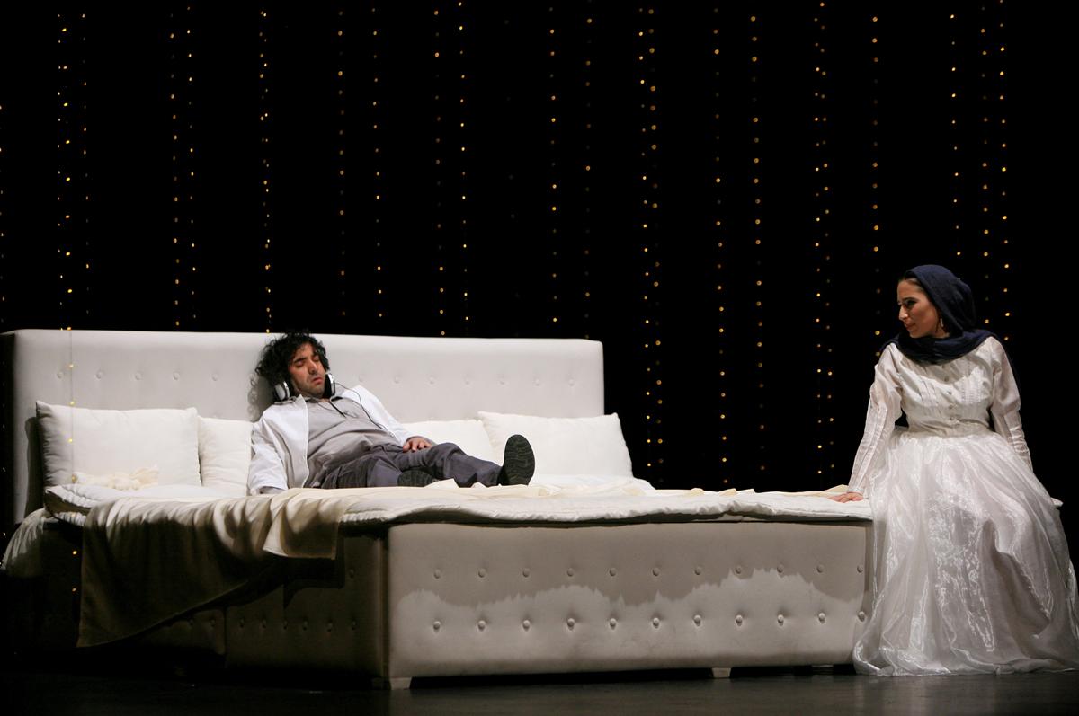 Иранская версия чеховского «Иванова», режиссер Амир Реза Кухестани. С персидскими субтитрами - на сцене Mehr Theatre Group.  фото www.bozar.be