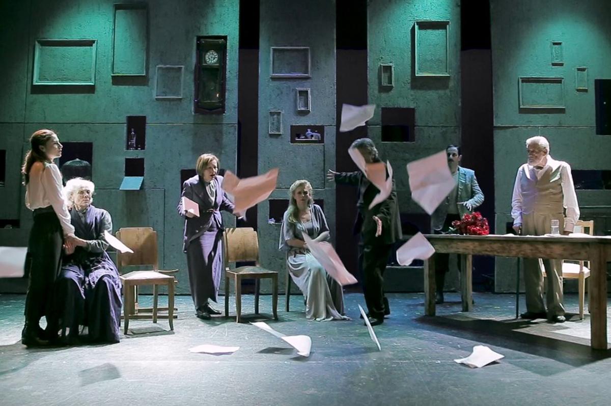 Афинский «Дядя Ваня» на сцене Театра Хорн, постановка 2014 режиссера Лили Мелем. фото www.lykofos.org