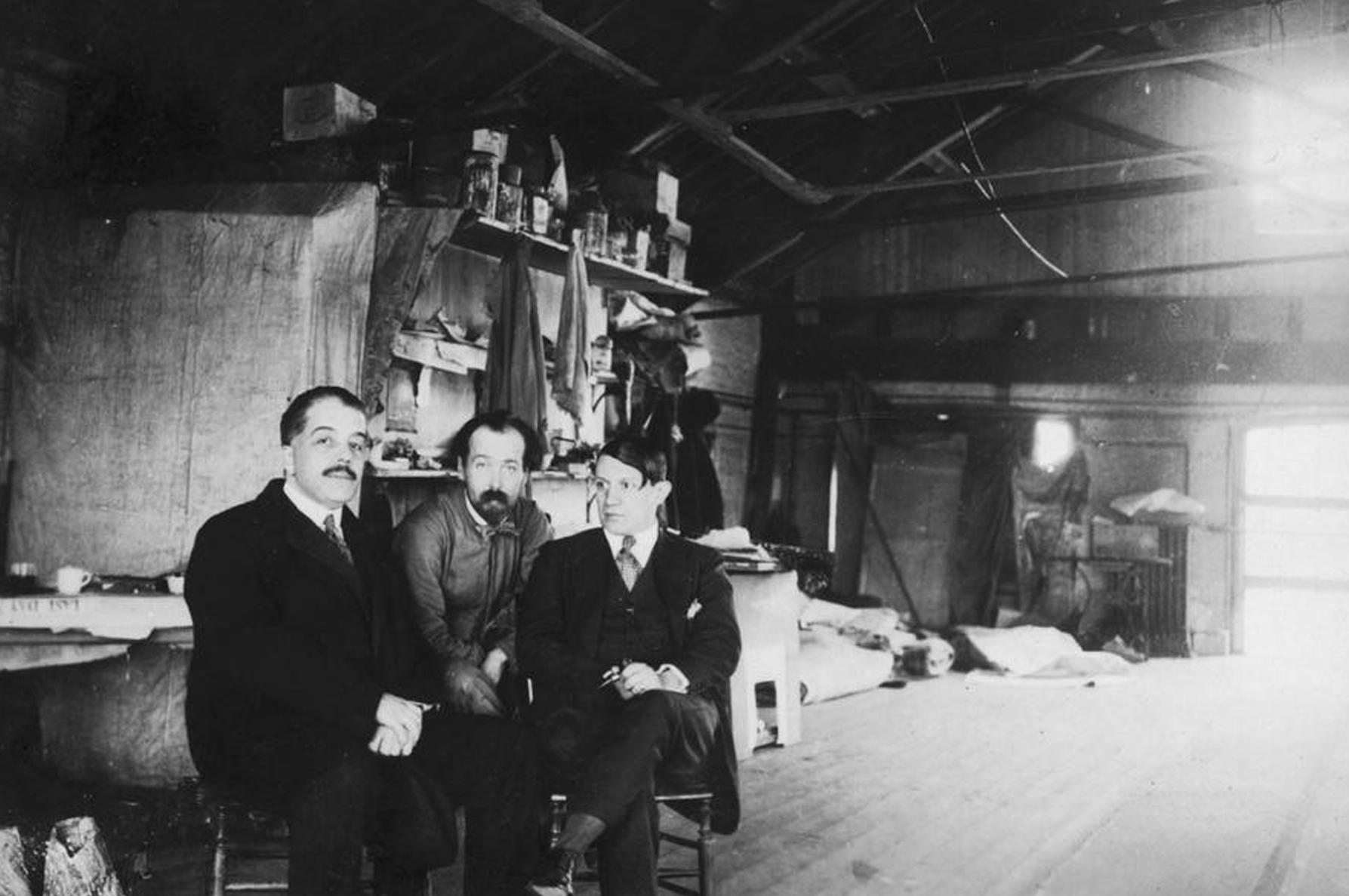 Мастерская Ковент-Гарден, Лондон, 1919. Дягилев, Полунин и Пикассо, автор эскизов балета «Треуголка».