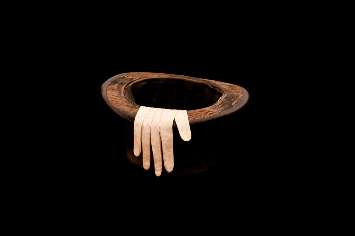 Цилиндр и белая лайковая перчатка Федора Михайловича. Собрание Дома-музея писателя в городе Старая Русса.