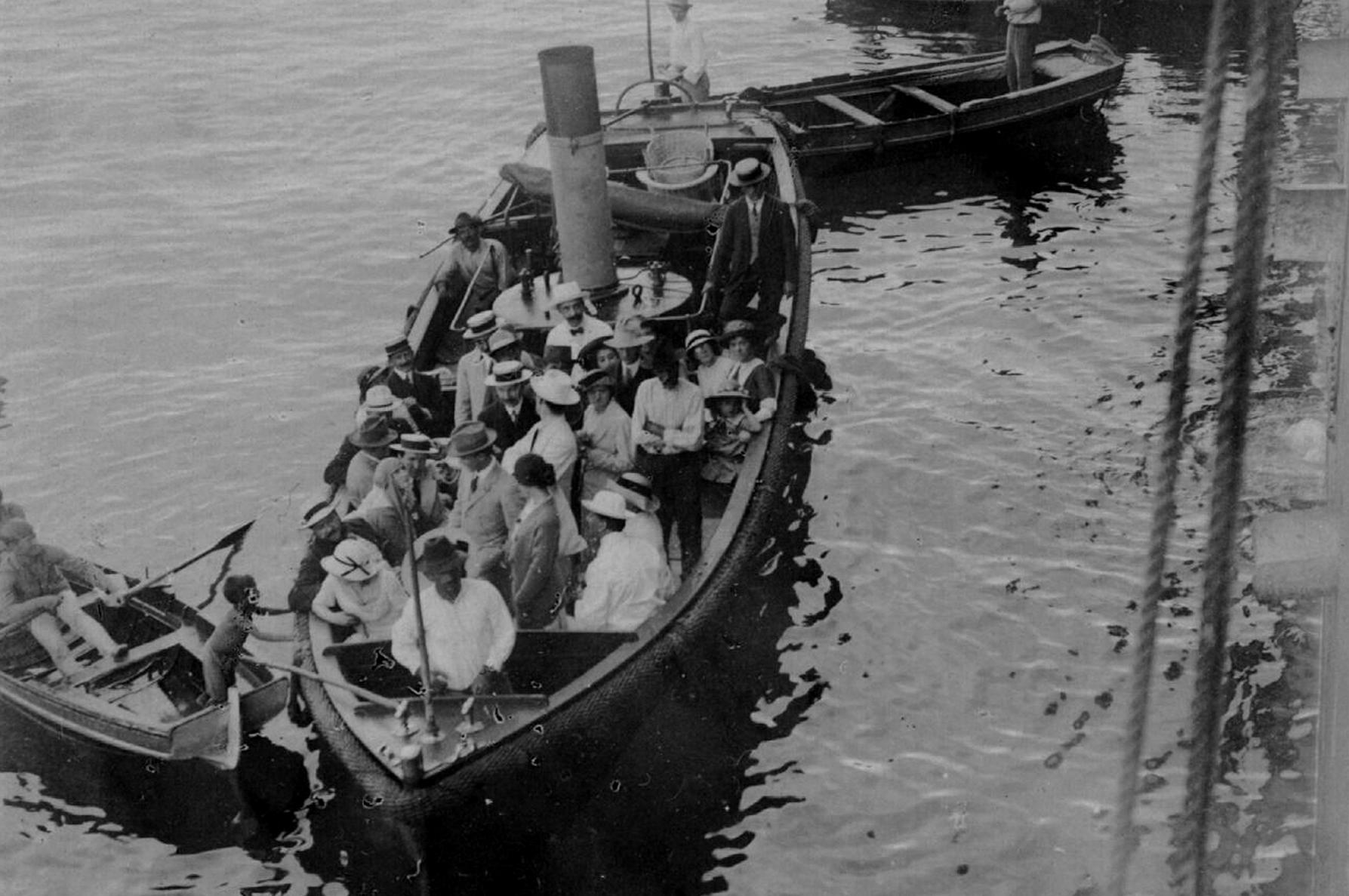 Вацлав Нижинский и страстно влюбленная в «бога танца» Ромола де Пульски в одной лодке, вместе с другими артистами балета. Мадейра, 1913.