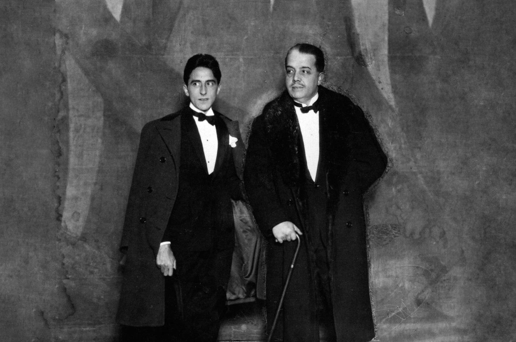 Кокто и Дягилев в Париже на премьере «Голубого экспресса», 20 июня 1924 года. Кокто сочинил либретто, занавес раскрасил Пикассо, а костюмы сшила Коко Шанель.