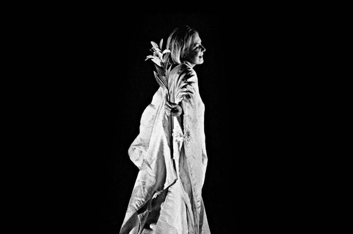 Офелия Алла Демидова в моноспектакле «Гамлет-урок», режиссер Теодорос Терзопулос, совместная постановка театра «А» и афинского театра Attis, 2001 / фото Johanna Weber