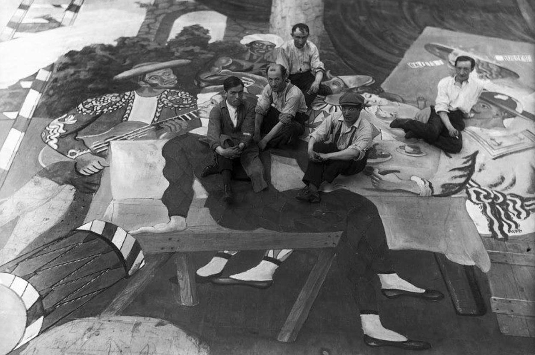 Пабло Пикассо работает над оформлением балета Дягилева «Парад», 1917.