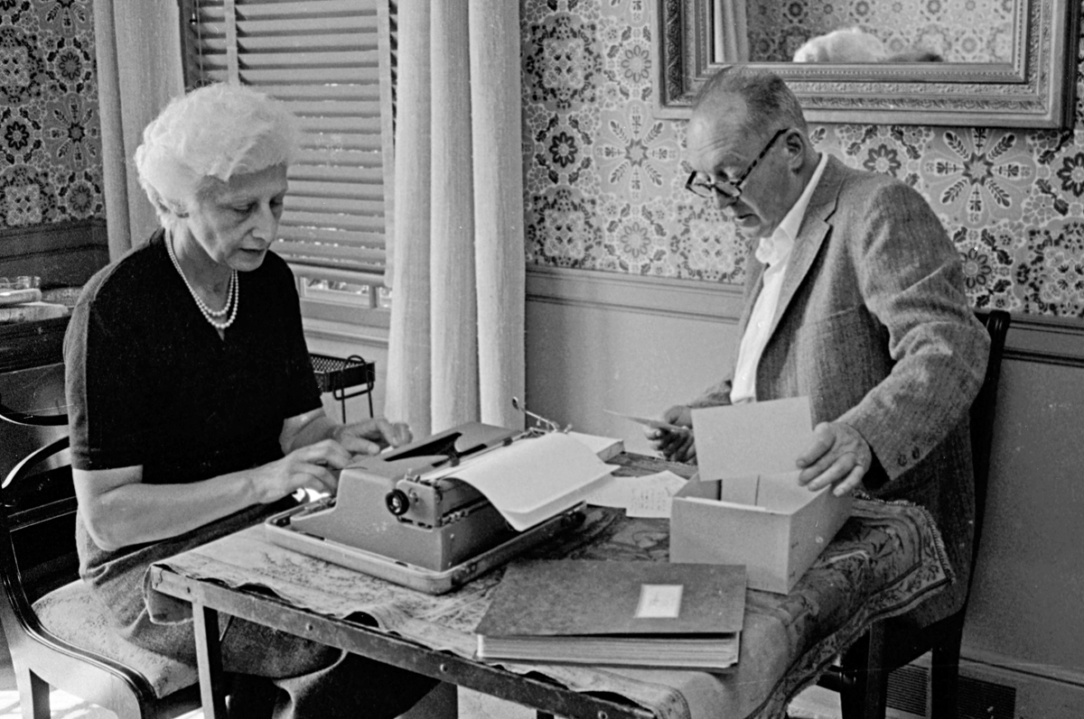 Набоков диктует Вере роман, 1958. Фото The LIFE Picture Collection