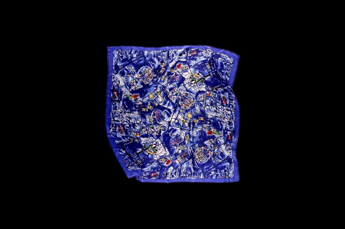 Шелковый платок воспроизводит шесть витражных панелей, в 1977 году сочиненных Марком Шагалом для Института искусств в Чикаго «Окна Америки» / © Art Institute of Chicago