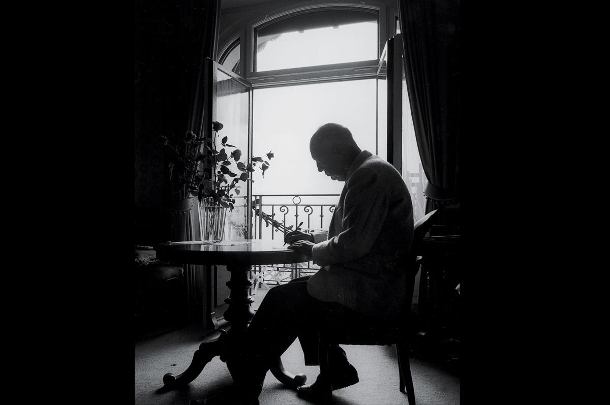 Набоков в номере своего отеля Монтрё, 1977. Фотограф — Хорст Таппе