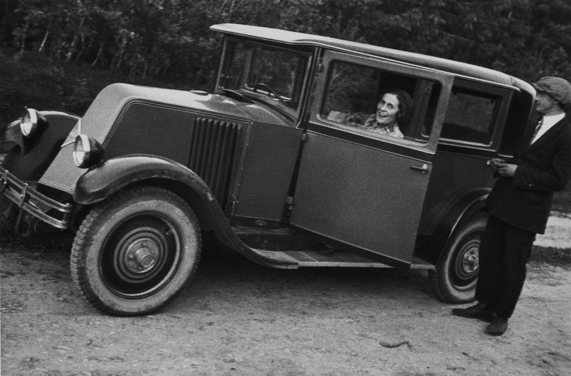 Лиля Брик за рулём Renault, подаренного ей Владимиром Маяковским, 1929