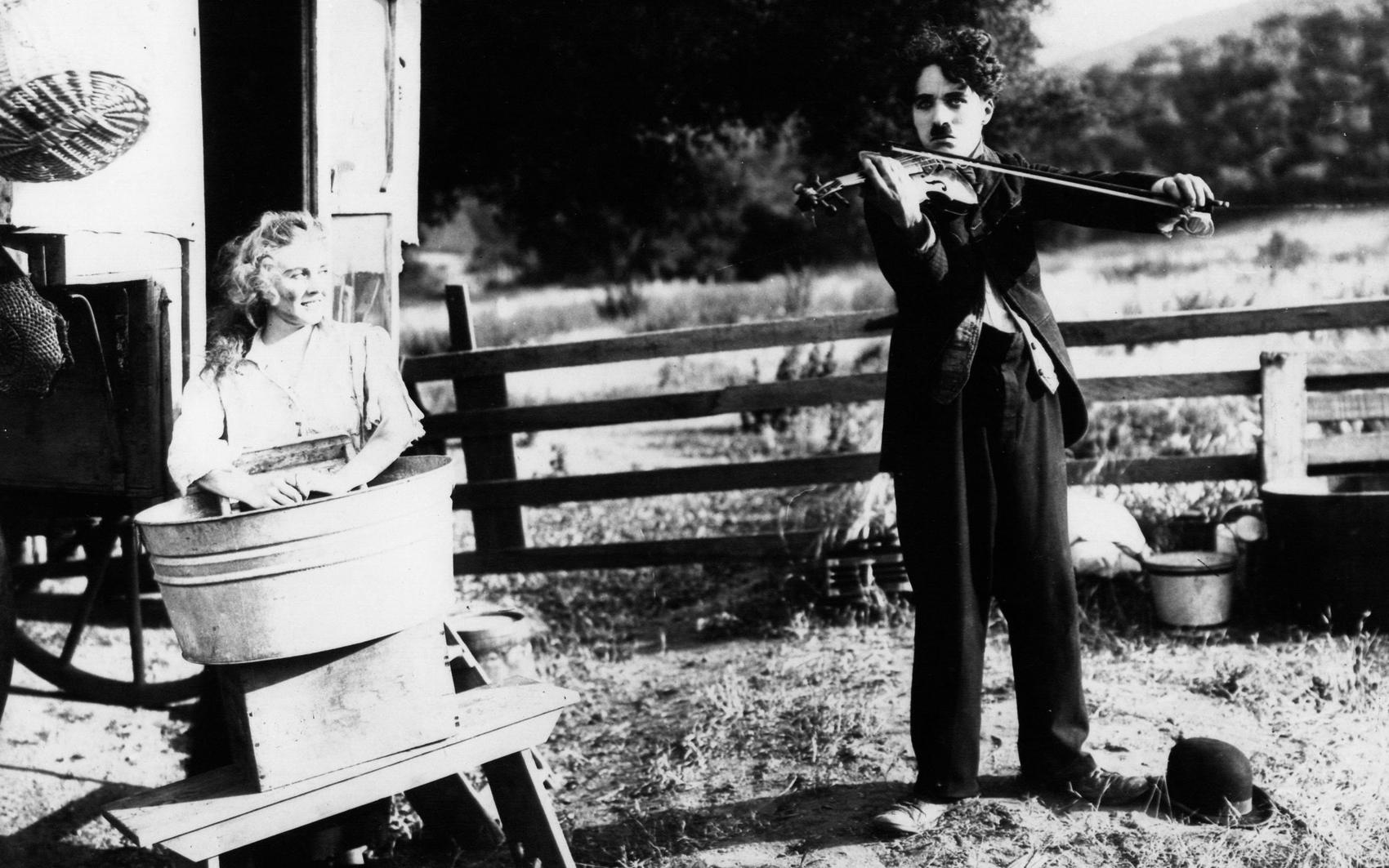 Чарли Чаплин играет на скрипке