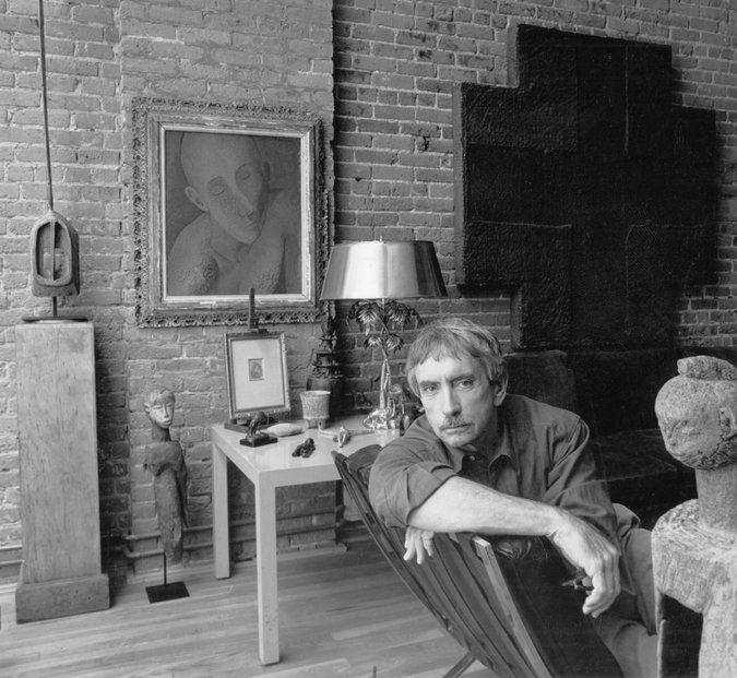 Эдвард Олби в нью-йоркской квартире на фоне портрета Павла Челищева, 1991