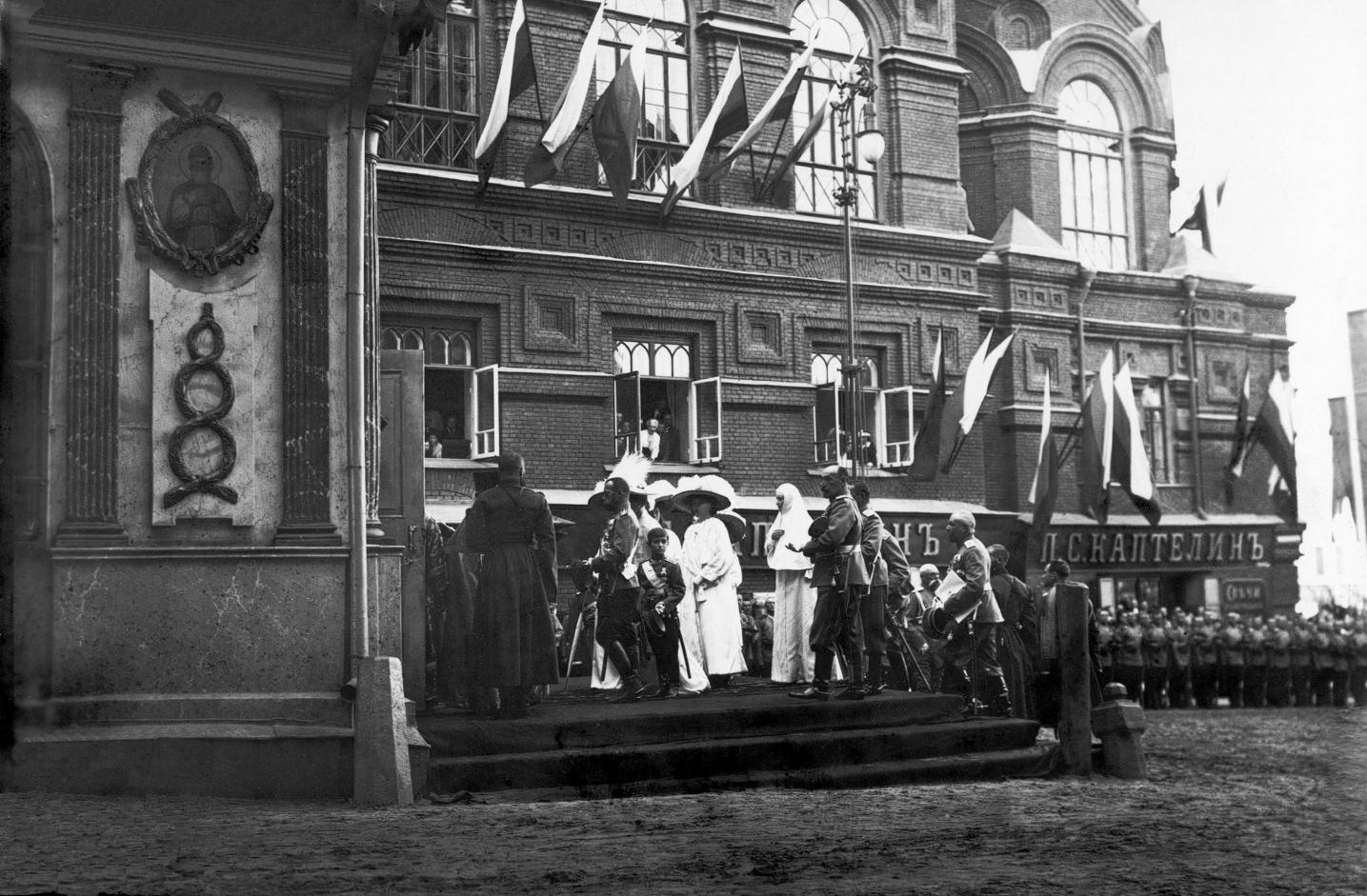 Цесаревич Алексей с семьей прибывает в Иверскую часовню в мае 1912