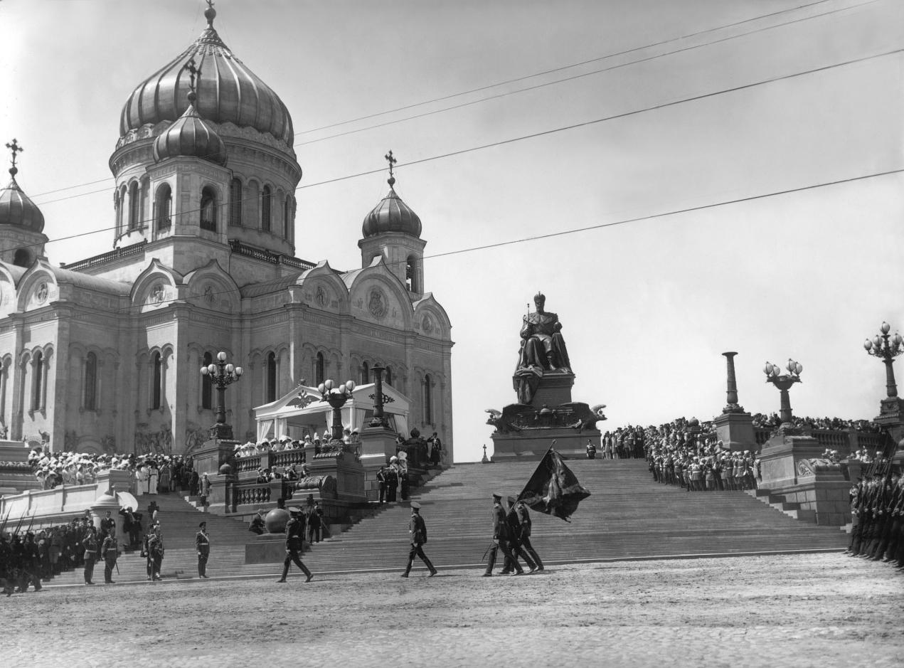 Император Николай II со своей семьей во время церемонии открытия памятника Александру III, 30 мая 1912