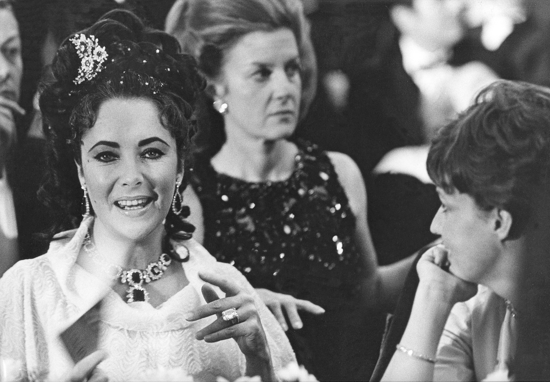 Элизабет Тейлор в драгоценностях Bulgari, Париж, 1967