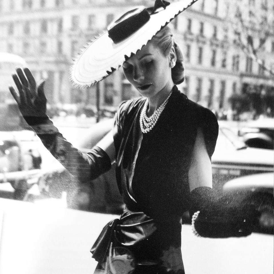 У витрины A La Vieille Russie на Пятой Авеню. Нью-Йорк, ок. 1945.