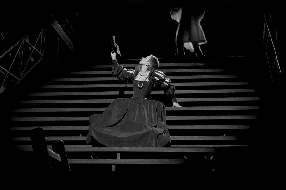 Янина Лакоба играет Офелию на сцене Александринского Театра, постановка Валерия Фокина, 2010 / фото www.alexandrinsky.ru