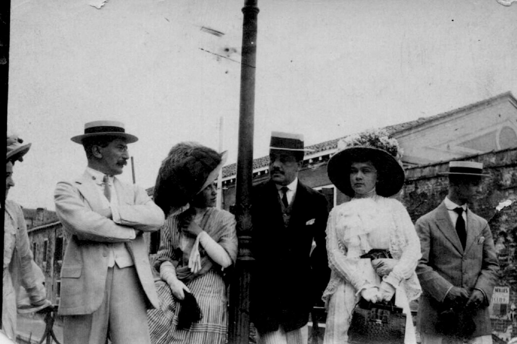 Леон Бакст и Дягилев с дамами, 1910-1911.