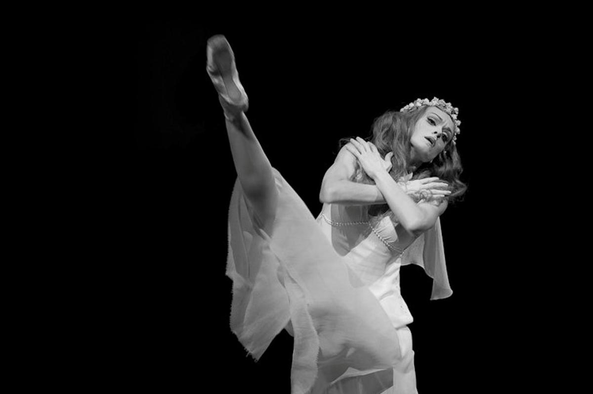 """Балерина Ульяна Лопаткина исполняет """"Монолог Офелии"""" в 2015 / фото Nikolay Krusser"""