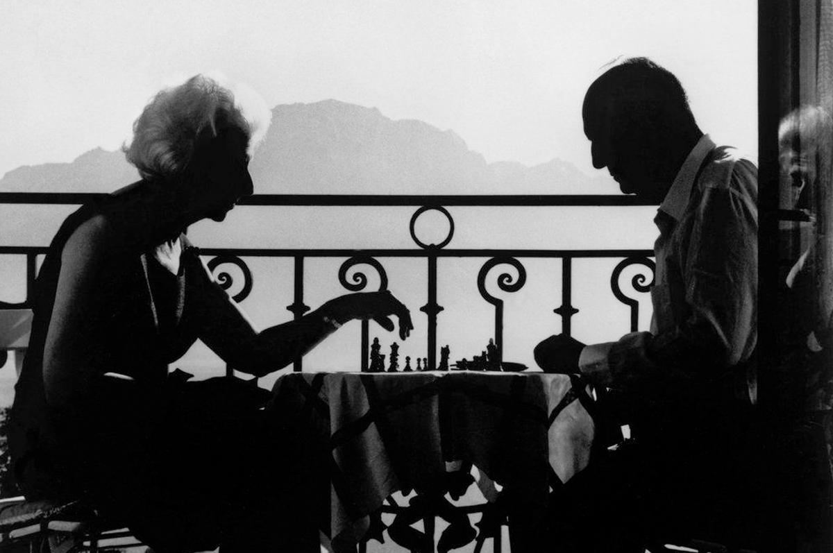 Легендарный кадр: Владимир Набоков со своей женой Верой играют в шахматы на балконе отеля в Монтрё. Фотограф — Филипп Халсман
