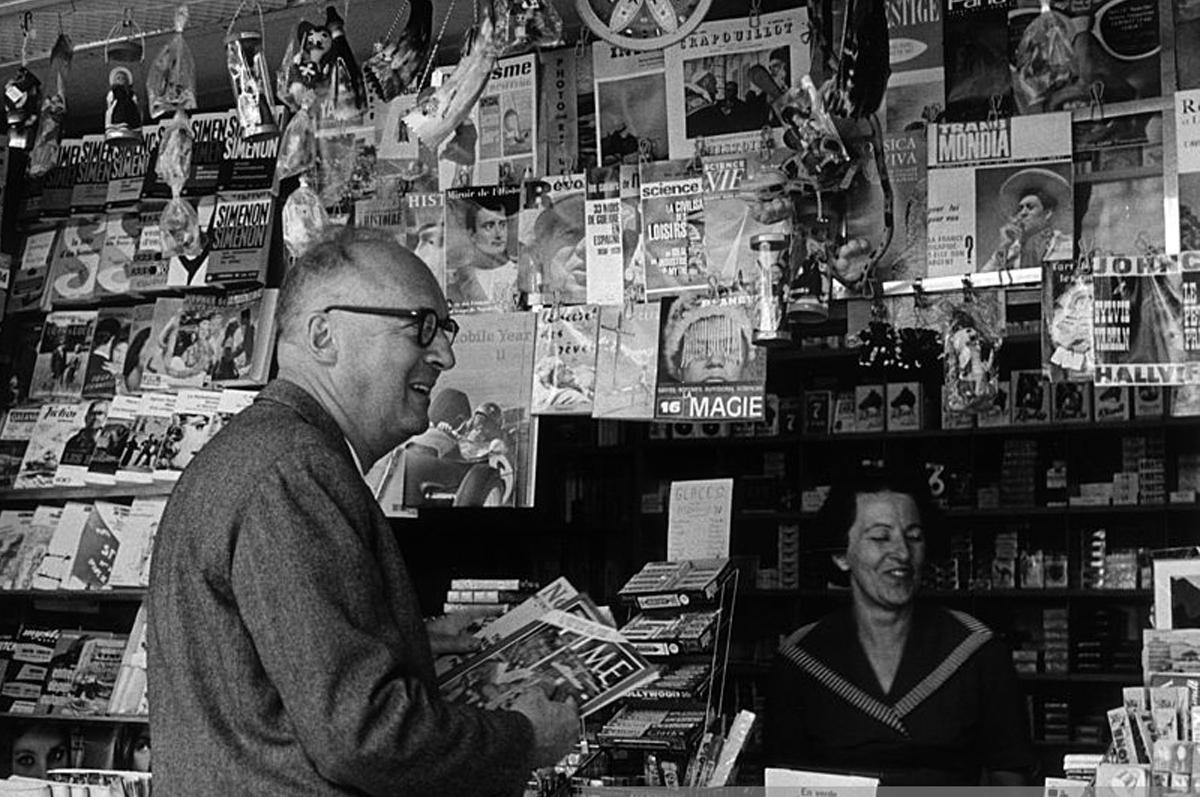Набоков у газетной лавки, 1965. Фотограф — Хорст Таппе
